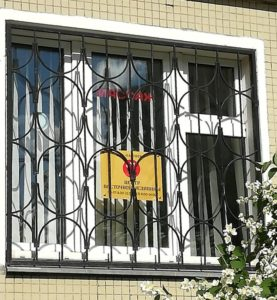 Наклейка на окно изнутри