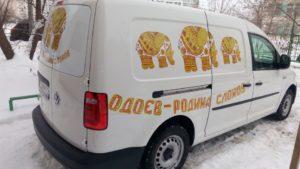 Наклейка на авто с вырезкой по контуру отдельных букв и логотипа